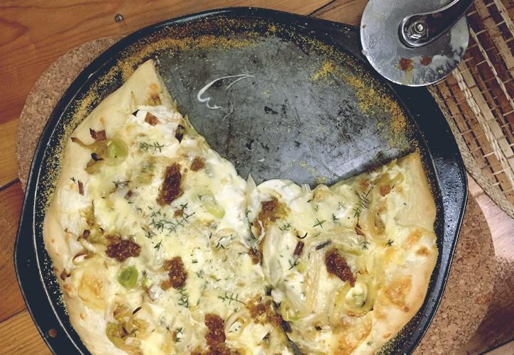 pizza, italiana, pesto, mozarella, queso, queso crema, crema, cebollas, caramelizadas