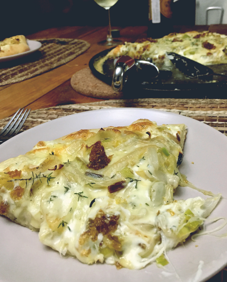 pizza, italiana, mozarella, queso, queso crema, crema, cebollas, caramelizadas, pesto