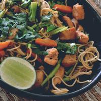pad thai, bok choy, kai lan, pollo, zanahorias, mani, soya, culantro, chile pimiento